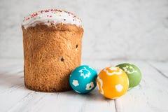 Torta de Pascua con los huevos coloreados Imágenes de archivo libres de regalías