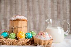 Torta de Pascua con los huevos coloreados Foto de archivo libre de regalías