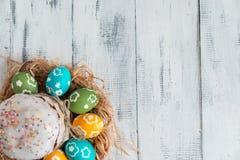 Torta de Pascua con los huevos coloreados Imagen de archivo libre de regalías
