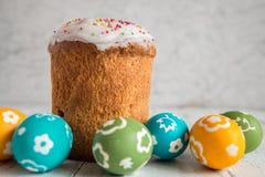 Torta de Pascua con los huevos coloreados Fotografía de archivo