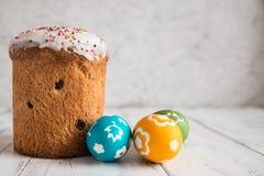 Torta de Pascua con los huevos coloreados Fotos de archivo libres de regalías