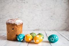 Torta de Pascua con los huevos coloreados Foto de archivo