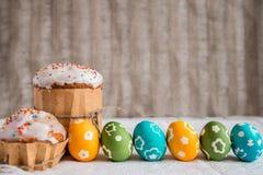 Torta de Pascua con los huevos coloreados Fotos de archivo