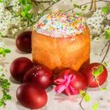 Torta de Pascua con los huevos rojos Fotos de archivo