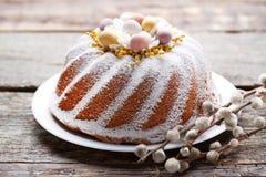 Torta de Pascua en placa imagenes de archivo