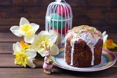 Torta de Pascua, flores y decoraciones coloridas de Pascua Fotos de archivo