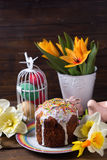Torta de Pascua, flores y decoraciones coloridas de Pascua en w oscuro Imagen de archivo