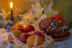 Torta de Pascua, huevos y una vela Foto de archivo libre de regalías