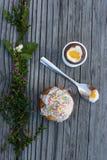 Torta de Pascua y huevo de chocolate en huevera en el fondo de madera Imagen de archivo libre de regalías