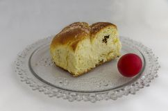 Torta de Pascua y huevo rojo Foto de archivo