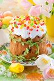 Torta de Pascua y huevos coloridos fotografía de archivo