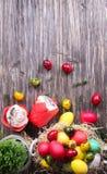 Torta de Pascua y huevos coloridos en un fondo de madera Fotos de archivo libres de regalías