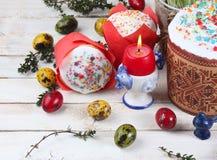 Torta de Pascua y huevos coloridos en un fondo de madera Imagen de archivo