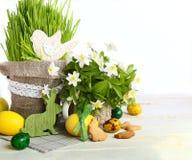 Torta de Pascua y huevos coloridos en un fondo de madera Fotografía de archivo