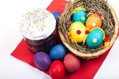 Torta de Pascua y huevos de Pascua Foto de archivo libre de regalías