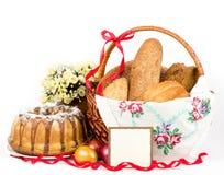 Torta de Pascua y huevos de Pascua con las flores Imagen de archivo libre de regalías