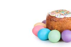 Torta de Pascua y huevos pintados Foto de archivo