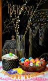 Torta de Pascua y huevos pintados foto de archivo libre de regalías