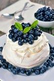 Torta de Pavlova con los arándanos Fotos de archivo libres de regalías