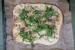 Torta de pizza cozida com verdes Imagem de Stock Royalty Free