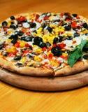 Torta de pizza inteira fresca fotografia de stock royalty free