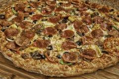 Torta de pizza suprema imagem de stock