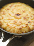 Torta de Pomme Ana en un sartén Fotografía de archivo libre de regalías