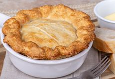 Torta de potenciômetro da galinha com crosta dourada foto de stock