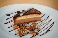 Torta de servicio tres chocolates imagenes de archivo
