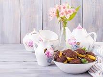 Torta de Shu Profiterole sabroso con crema en la placa fotos de archivo libres de regalías