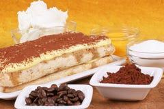 Torta de Tiramisu y sus ingredientes Imagen de archivo libre de regalías
