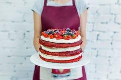 A torta de Whoopie denominou o bolo com fruto fresco, mãos do ` s das mulheres Felicitações Fotos de Stock Royalty Free