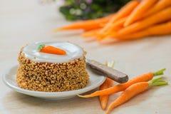 Torta de zanahoria con la zanahoria fresca y las avellanas verdes frescas imagen de archivo libre de regalías