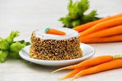 Torta de zanahoria con la zanahoria fresca y las avellanas verdes frescas imágenes de archivo libres de regalías