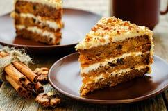 Torta de zanahoria con las nueces, las pasas y los albaricoques secados Imagenes de archivo