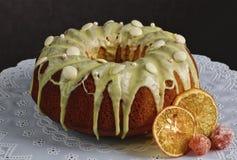 Torta de zanahoria danesa con la formación de hielo y la fruta escarchada en el mantel blanco Foto de archivo libre de regalías