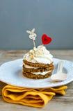 Torta de zanahoria del día de tarjeta del día de San Valentín del santo Foto de archivo libre de regalías