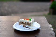 Torta de zanahoria en la tabla Imagenes de archivo
