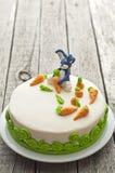 Torta de zanahoria hecha en casa con la decoración del conejo Foto de archivo libre de regalías