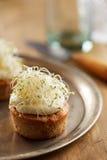 Torta de zanahoria individual con los brotes Imagenes de archivo