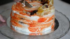 Torta de zanahoria Torta brillante, jugosa e inusual ¡Jugoso e increíblemente de nuez! Una capa de torta de esponja del caramelo  almacen de metraje de vídeo