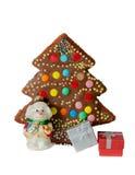 Torta, decoración hecha en casa del árbol de navidad y cajas de regalo aisladas Imagenes de archivo