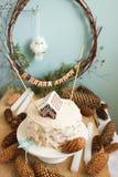 Torta del Año Nuevo o de la Navidad, adornada con una casa de pan de jengibre y una inscripción congratulatoria en ruso Fotos de archivo