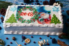 Torta del Año Nuevo o de la Navidad con la decoración 2018 del Año Nuevo Fotografía de archivo libre de regalías