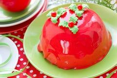 Torta del Año Nuevo y de la Navidad con el esmalte del espejo y el deco rojos del acebo Imagen de archivo libre de regalías
