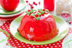 Torta del Año Nuevo y de la Navidad con el esmalte del espejo y el deco rojos del acebo Fotografía de archivo libre de regalías