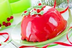 Torta del Año Nuevo y de la Navidad con el esmalte del espejo y el deco rojos del acebo Imagenes de archivo