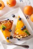 Torta del albaricoque con los arándanos, la menta y el primer de las nueces en una placa Fotografía de archivo libre de regalías