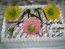 Torta del aniversario con la crema blanca fotografía de archivo