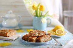 Torta del biscotto con crema che riempie sulla tavola immagine stock libera da diritti